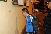 Aleš Bejr se zadrženým pachatelem.