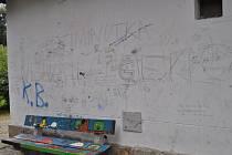 Tak vypadá jedna ze zdí zahradního domku vpelhřimovské Děkanské zahradě, jejíž fasádu poničili vandalové.