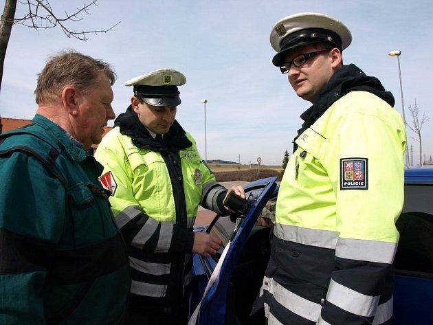 Policisté se zaměřili na kontrolu zatmavených autoskel.