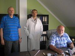 Na snímku (zleva) vedoucí vývoje kosmetiky Jaroslav Mühlhandl, jeho budoucí nástupce Ondřej Štěrba a ředitel Josef Koten.