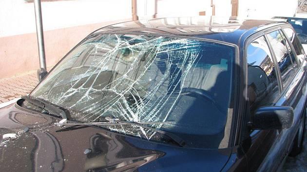 """Nemilé překvapení čekalo na majitele dvou aut zaparkovaných v Hrnčířské ulici. Ze šikmých sedlových střech tamních domů se přičiněním silné oblevy sesunuly hromady ledu. Jejich pád na střechu malého hyundaie a čelní sklo """"bavoráka"""" se neobejde bez opravy."""