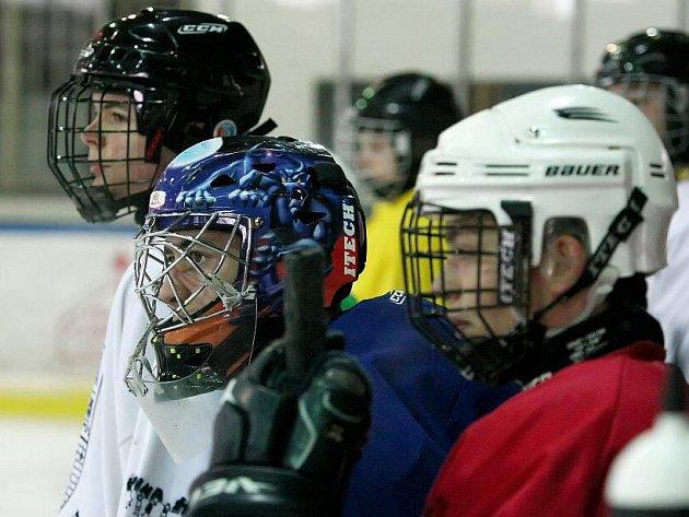 Čeští trenéři mladé francouzské hokejisty nešetří. Kluci po celodenních galejích na ledě, v tělocvičně a posilovně padnou večer do postele a spí jako zabití.