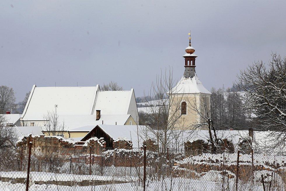 Oprava věže kostela svatého Petra a Pavla v Obratani bude už snad letos dokončená.