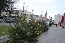 Ani letos není Havlíčkovo náměstí v Humpolci (prostranství kolem kina) ochuzeno o vánoční stromečky, o jejichž zdobení a vlastně i o ozdoby samotné se postarali žáčci a žáci humpoleckých mateřských a základních škol.