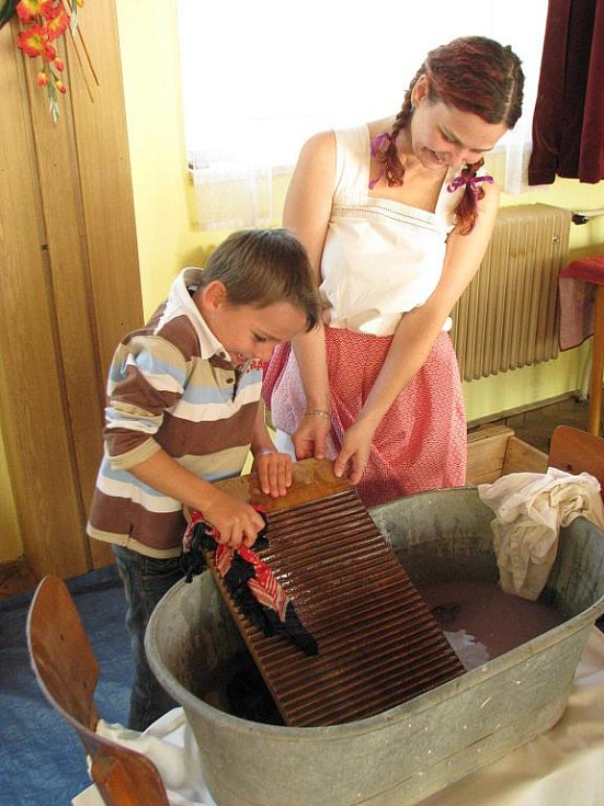 Dámy nechaly prostřednictvím zábavného odpoledne v kulturním domě znát, jak se pracovalo v domácnosti za starých časů.