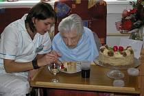 """. """"Moc dobrý, ještě,"""" pomlaskávala Marie Vránová nad narozeninovým dortem, o který se rozdělila s obyvatelkami pokojíku. Ty se připohledu na seniorku jen tiše usmívaly."""