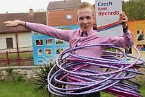 V úterý dokázal Patrik Jandejsek na svém těle točit pětadvacet obručí hula hoop po dobu 30,6 sekundy. Jeho výkon byl tak zapsándo České knihy rekordů.