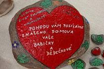 Klientky Domova seniorů v Pelhřimově namalovaly a rozdaly 90 kamenů