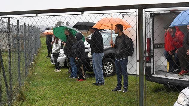 Déšť a zákaz vstupu do areálu hřiště? To není problém, fanoušci Košetic na poslední podzimní zápas svého týmu dorazili.