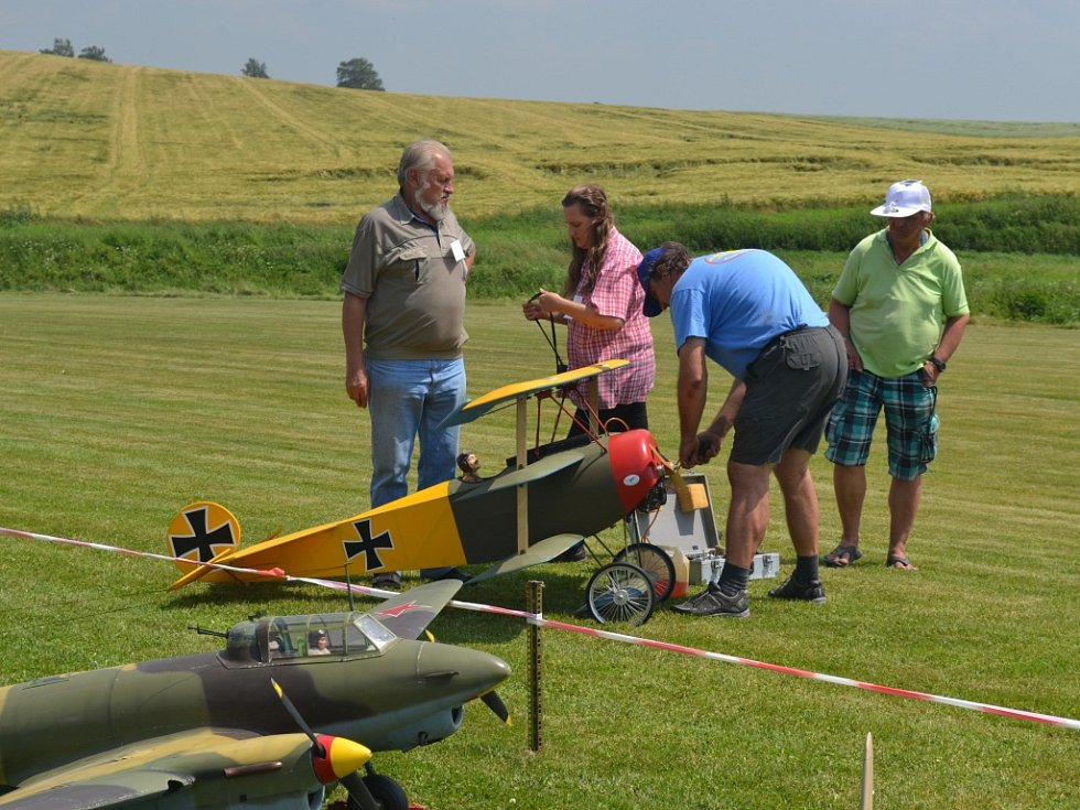 Do jednoho z modelů pilota Jana Vrány pořadatelé Jiřické show schovali bonbony, které pak letoun ve vzduchu vypustil na zem. Děti neváhaly a běžely je sbírat.