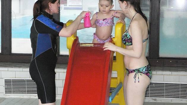 Plavání rodičů s dětmi se v pelhřimovském bazénu nese ve znamení her, písniček a říkadel.