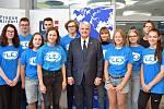 Skupina českých středoškoláků s velvyslancem USA v Praze Stephen Kingem.  Eliška Heřmánková je třetí zprava, Šimon Mareček druhý zleva.