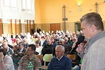 V tělocvičně bylo přes 150 účastníků, vpravo s mikrofonem starosta Senožat Zdeněk Vaněk.