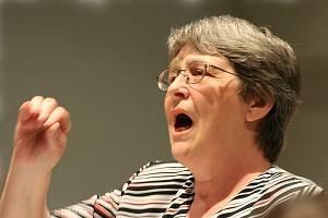 Vlasta Veselá při zpěvu.