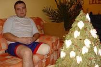 Pětatřicetiletý Leoš Klíma z Golčova Jeníkova se chce po zotavení přestěhovat k matce.