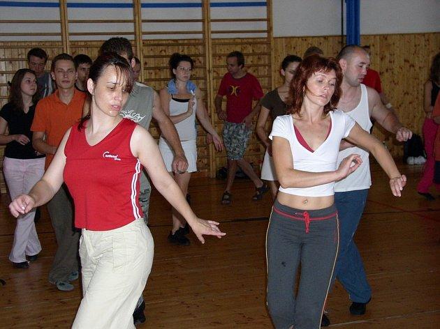 Tanečníci využijí během svého pelhřimovského pobytu každou minutu. Třeba na nácvik salsy se vrhli bezprostředně po návratu z vydatného oběda.