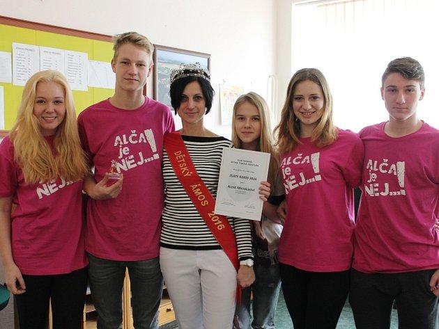 Učitelka angličtiny Alena Michálková ze Základní a mateřské školy v Černovicích se stala, díky největšímu počtu hlasů z dětské poroty, Dětskou Ámoskou 2016.