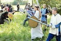 Při dřevárnách není nouze o bitky. Bojovníci se na jednu stranu do sebe pustí oblečeni do středověkých úborů, na víkendovku se ale svolávají zcela novodobě – pomocí internetu.