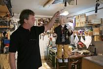 Kamenický řezbář Bohumil Biňovec vyrobil marionetu Jana Saudka.
