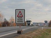Na opraveném obchvatu Pelhřimova je nový povrch silnice kluzký.