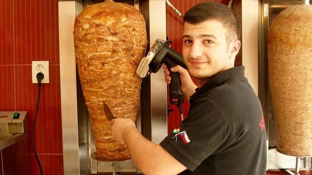 Provozovatel restaurace Dero Ali Özkan už má s orientálními pokrmy své zkušenosti. Jeho rodina provozuje několik fast foodů a restaurací v Česku.