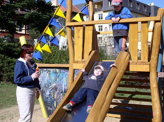 Slunečné počasí přilákalo malé děti do Děkanské zahrady na nové atrakce.