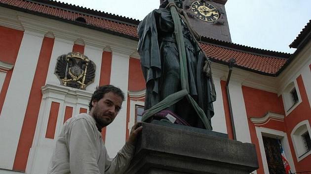Téměř po šesti měsících se na své původní místo před zámek pánů z Říčan nad Masarykovo náměstí v Pelhřimově vrátila socha svatého Václava, patrona české země.