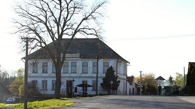 Budova bývalé školy v Bohdalíně.