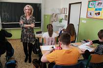 Martina Malá ve třídě při výtvarné výchově.