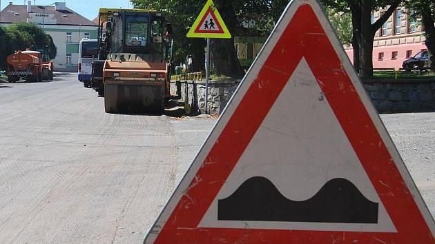 V Hořepníku se frézuje vozovka. Směrem od Arneštovic až do Hořepníku jsou dvě dopravní omezení v podobě jízdy v jednom směru.