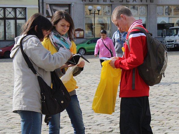 V rámci Českého dne proti rakovině ve středu pelhřimovští studenti v okolí Masarykova náměstí prodávali za dvacet korun květ měsíčku lékařského.