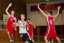 Daniel Plášil (v bílém dresu) byl už tradičně hlavní zbraní pelhřimovských starších žáků. V zápase proti Spartě nastřílel 28 bodů.
