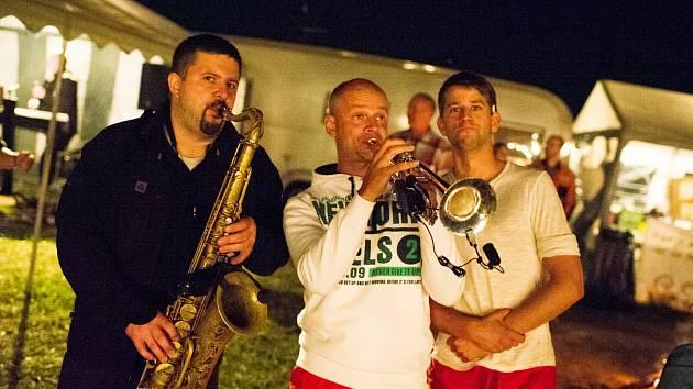 V pátek se u Stráže konal koncert kapely Blue Band. Na snímku vpravo je se členy kapely Adam Štěrba, jeden z hlavních pořadatelů akcí u Stráže.