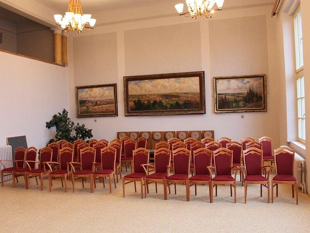 Velká zasedací místnost na pacovské radnici prokoukla.