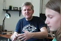 Učitel hudby Martin Dvořák (v hodině s talentovanou žákyní Kateřinou Vápeníkovou).