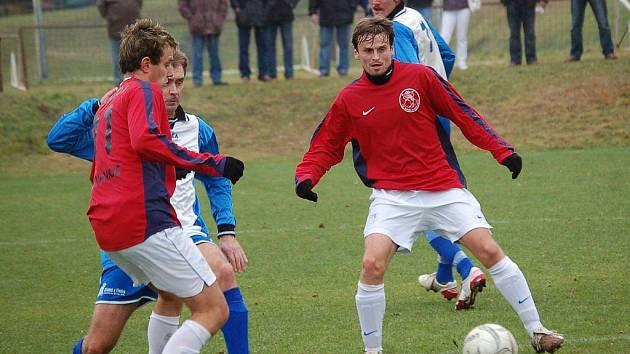 Fotbalisté Žirovnice v posledním podzimním kole hájili v I. A třídě první příčku. V duelu s Pohledem se ani moc nenadřeli, když vyhráli přesvědčivě 4:1. Na snímku vpravo je autor poslední branky Slavoje Martin Moravec.