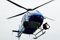 Na travnaté hřiště sportovního areálu dosedne dopoledne i policejní vrtulník. Zájemci z řad diváků si ho následně budou moci osahat a prohlédnout pěkně zblízka.