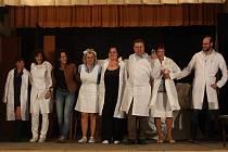 V Jiřicích se shodou náhod sešla v krátkém čase čtyři vystoupení ochotníků. Ve čtvrtek uvedou domácí ochotníci své Rozpaky zubaře Svatopluka Nováka (na snímku).