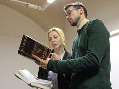 V úterý si do humpolecké knihovny opět přijel zalistovat Lukáš Hejlík tentokrát s Věrou Hollou a nejnovější knihou Dana Browna Inferno.