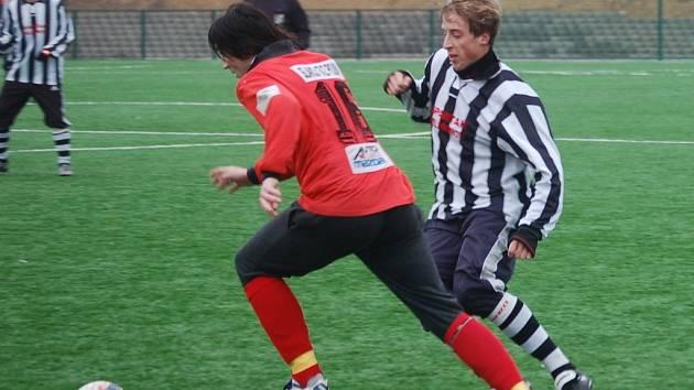 Dan Krtek (na snímku vpravo) mohl zápas v Bystřici rozhodnout. Penaltu však neproměnil.