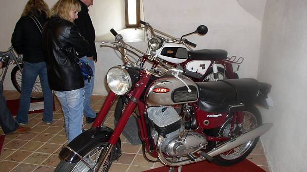 Výstava motorek na hradě Kámen je hojně navštěvovaná