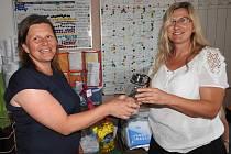 Pracovníci Oblastní charity Pelhřimov vyměnili plastové lahve za skleněné.