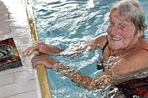 """Na můstek bazénu musela Zdeňce Šnobrové pomoci její dcera s prezidentem agentury Dobrý den Miroslavem Markem. """"Kouslo mě klíště, půl roku jsem vůbec nechodila. Ale pomalu se do toho vracím zpátky,"""" vysvětlila plavkyně"""