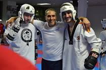 Pelhřimovský Jan Fiala (vlevo) se na snímku dostal do vybrané společnosti. Uprostřed je španělský trenér finské reprezentace Jesús Ramal, zcela vpravo Manuel Beloqui, který má bronzovou medaili z mistrovství světa v roce 2010.