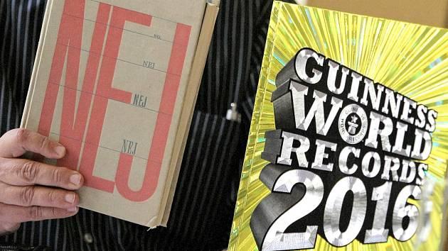 Miroslav Marek z Agentury Dobrý den ukázal, jak vypadalo nejstarší české vydání Guinnessovy knihy rekordů.