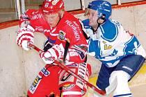 O úvodní gól zápasu s Řisuty se postaral pelhřimovský útočník Tomáš Hadrava (vlevo). Spartak vyhrál na stadionu ve Slaném 4:2 a prodloužil vítěznou sérii už na šest utkání.
