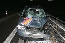 Velkoprostorový volkswagen při dálniční srážce s chodcem prakticky přišel o celou příď. Třiatřicetiletý muž dopadl ještě hůře. Zraněním neslučitelným se životem na místě podlehl.
