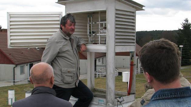 Rozličné metody a způsoby sběru meteorologických dat předvedli návštěvníkům pracovníci meteorologické stanice v Košeticích. Tam se v sobotu konal den otevřených dveří. Poznatků chtivé skupinky se dozvídaly, co všechno lze v naší atmosféře nalézt.