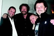 Pavel Sankot (druhý zprava) s režisérem Zdeňkem Troškou, který si už několikrát divadlo v Rynárci nenechal ujít.