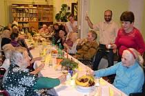Štědrovečerní večeře měla v Domově blahoslavené Bronislavy slavnostní atmosféru.